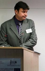 Zoran Jadžić, bivši direktor Uprave za igre na sreću, drži govor na Jaktinom seminaru