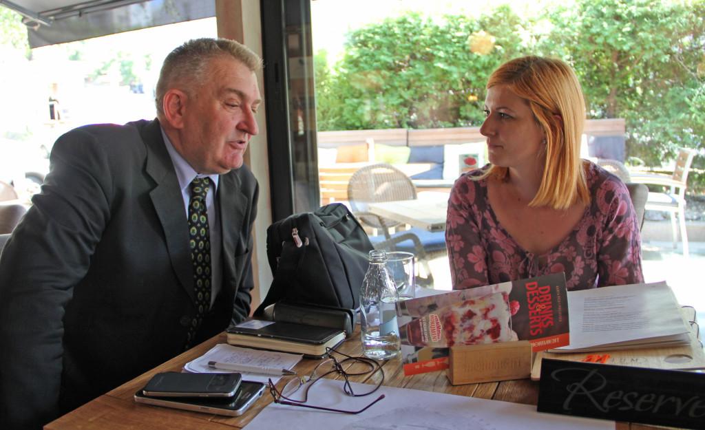 Redžović u razgovoru sa novinarkom KRIK-a (foto: S. Dojčinović)